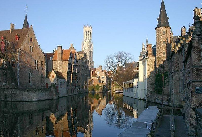 Brujas, entre patrimonio y canales