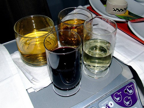 El alcohol no hace más efecto durante los viajes en avión