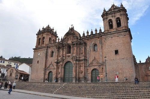 Caminata por la calle Hatun Rumiyoc en Cusco, Perú