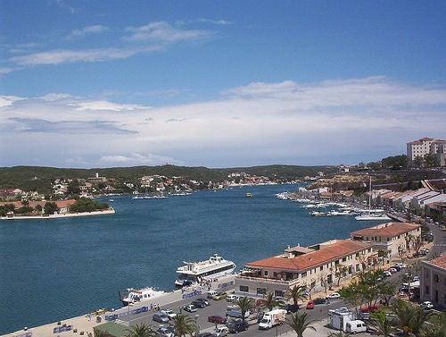 Mahón, Menorca: puerto de bellas residencias, cruceros y palmeras
