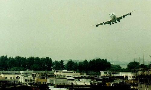 El peligroso aeropuerto Kai Tak de Hong Kong hoy ya es un seguro y lujoso puerto
