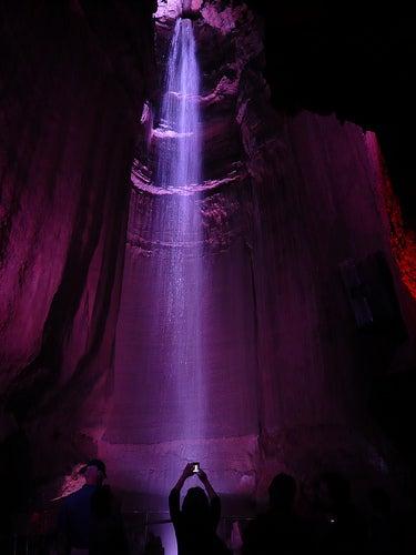La cascada Ruby, un salto de agua en el interior de una caverna