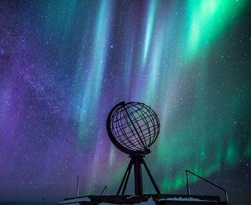 Cabo Norte con aurora boreal de fondo