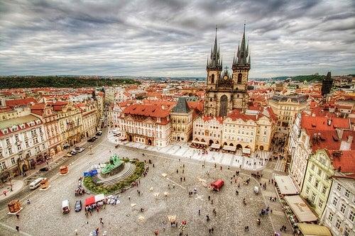 La Plaza de la Ciudad Vieja de Praga: luz y misterio