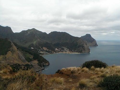 La isla de Robinson Crusoe frente a la costa chilena