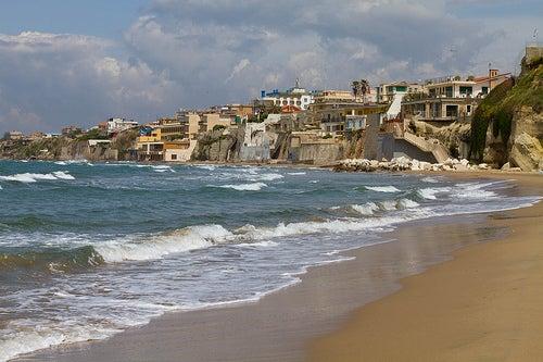 Anzio en Italia: vestigios y olas