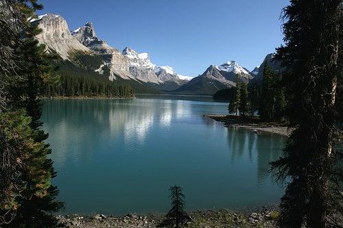 maligne-lake-alberta-canada