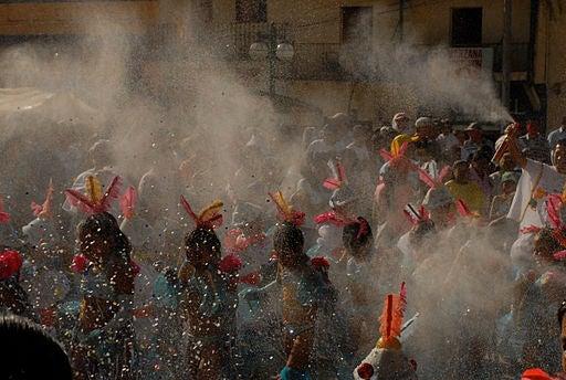 Durante el carnaval todo el mundo está de fiesta.