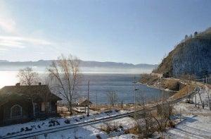 El Tren Transiberiano bordea el Lago Baikal.