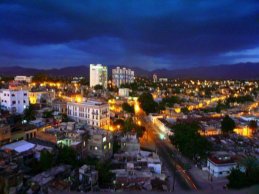 Vista nocturna de Santiago de Cuba.