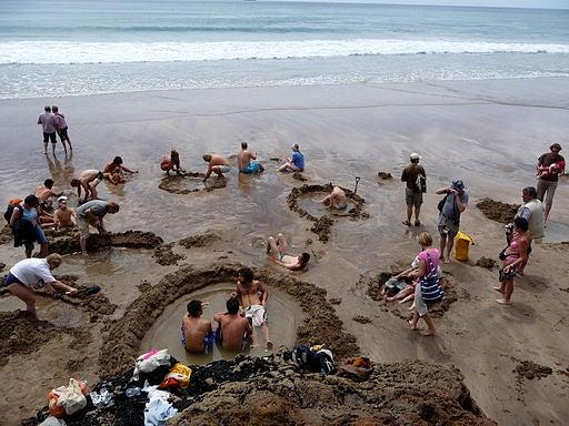 Una playa con aguas termales