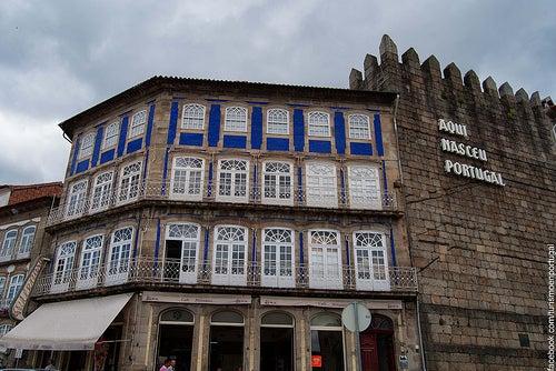 muralla e inscripcion ciudad de guimaraes