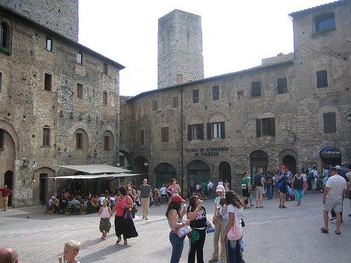 plaza la cisterna san gimignano en italia