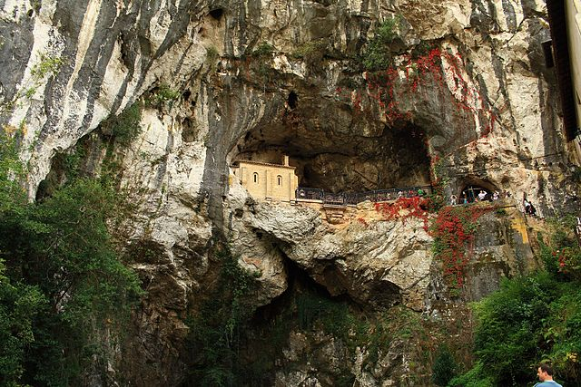 La Santa Cueva de Covadonga, un lugar sagrado en una roca