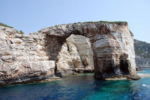 Las míticas cuevas azules de la isla Paxos en Grecia