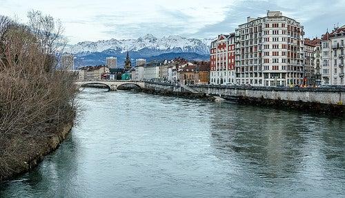 La bella ciudad de Grenoble en el valle de los Alpes Franceses