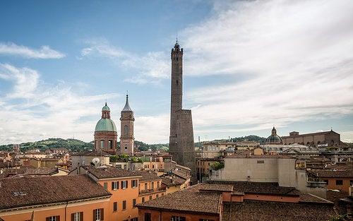 Las colosales torres Garisenda y Asinelli de Bolonia en Italia