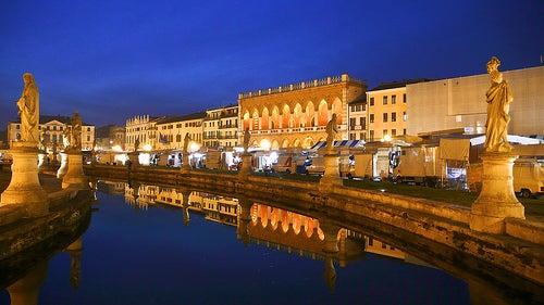 Prato della Valle en Padua, la plaza más grande de Italia