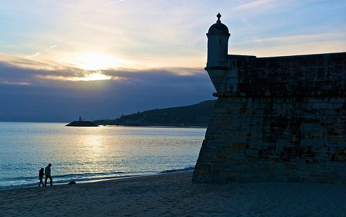 La localidad de Sesimbra, la perla de oro de la costa azul de Portugal