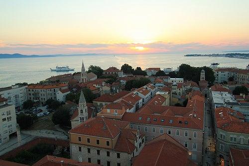 La genuina ciudad Zadar en Croacia