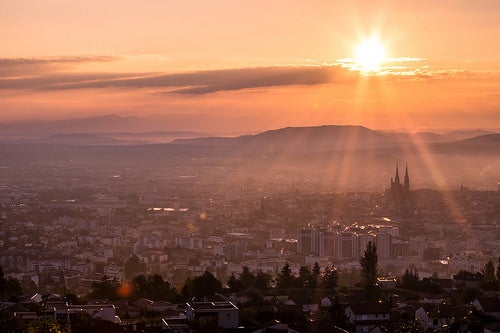 La bella ciudad de Clermont-Ferrand en Francia, mucho más que la ciudad de Michelin