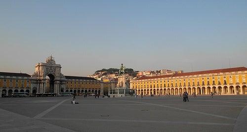Visita con nosotros la famosa Praça do Comércio en Lisboa, una de las más bonitas de Portugal