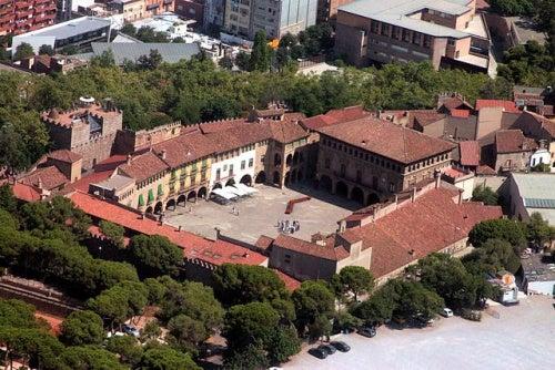 Visita con nosotros el museo Pueblo Español en Barcelona, todo un conjunto arquitectónico al aire libre