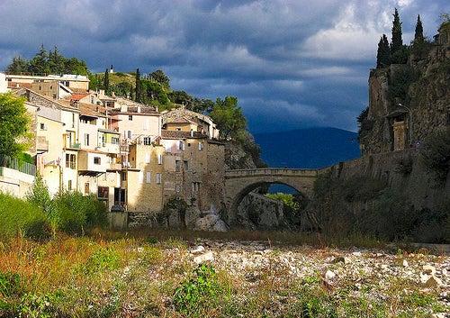La mágica, histórica y monumental Vaison la Romaine en la Provenza, un lugar que no puedes perderte