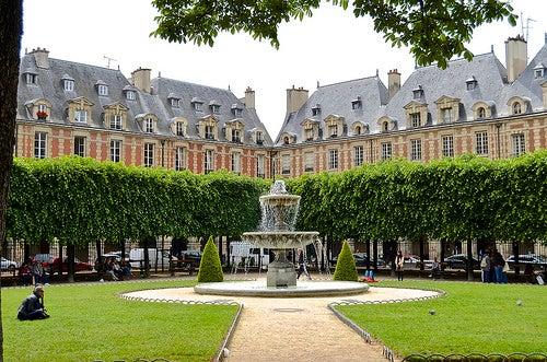 La majestuosa plaza de los Vosgos, la más antigua de París