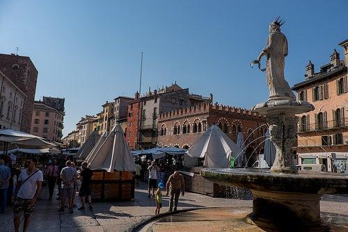 La bella piazza delle Erbe en Verona, la más amada del mundo