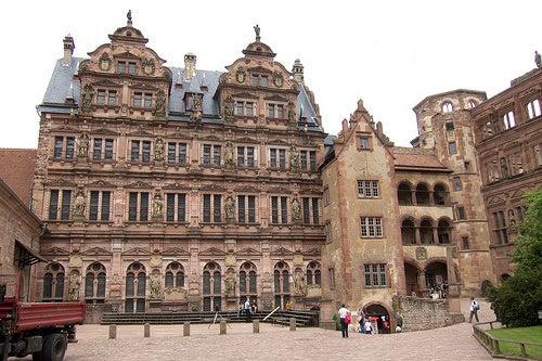 Sintiendo los años de historia del Castillo Heidelberg en Alemania