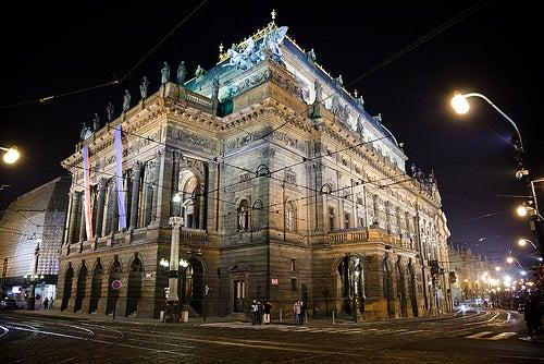 Disfruta del encanto, la belleza y la opulencia del Teatro Nacional de Praga