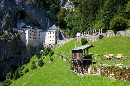 El insólito castillo de Predjama en Eslovenia