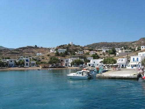 La isla griega Kimolos y su emblemática seta de piedra Skiadi