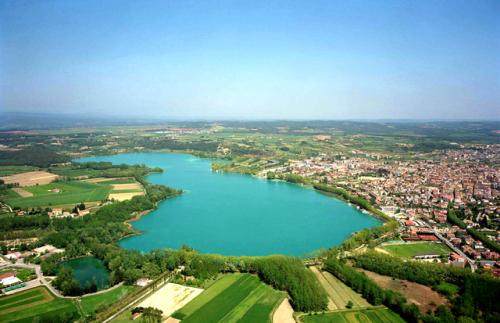 Descubre la belleza del lago de Banyoles en España