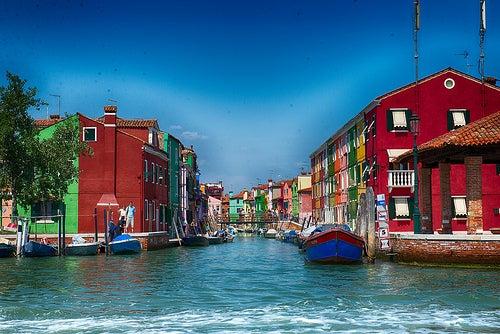 Disfrutando del colorido y la belleza de Burano en Italia