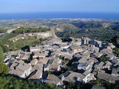 Descubre Gerace en Italia, una impresionante ciudad medieval con vistas al mar