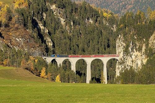 El hermoso Viaducto de Landwasser en Suiza