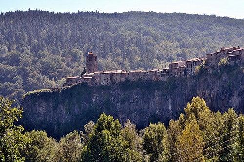 Castellfullit de la Roca es un pueblo al borde de un acantilado