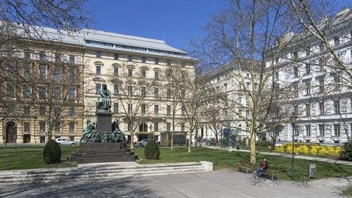Descubre la encantadora plaza de Beethoven en Viena