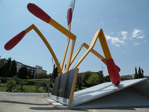 La llamativa y vanguardista escultura Las Cerillas de Barcelona