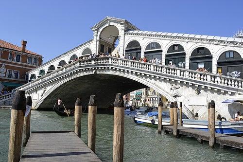 Cruzamos el Puente Rialto de Venecia